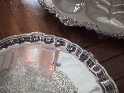 Lot de quatre plats en métal argenté dont deux américains à compartiments