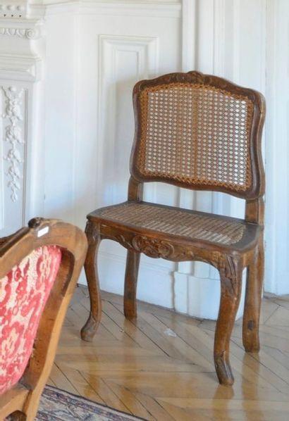 Suite de 4 chaises cannées en bois sculpté....