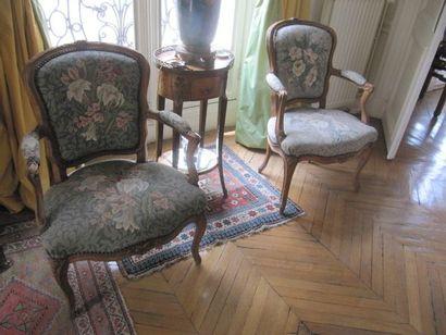 Paire de fauteuils cabriolet en bois moulurés...