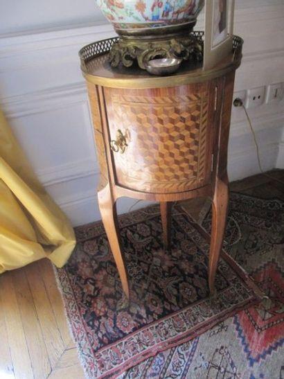 Petite table tambour ouvrant par un vantail...