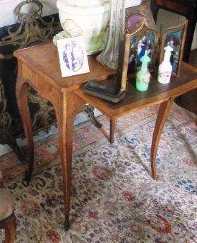 Table en bois de placage et encadrement,...