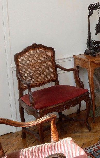 Deux fauteuils cannées en bois naturel sculpté...