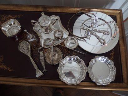 Lot en métal argenté comprenant 2 dessous de bouteilles dépareillés, 4 sous-assiettes,...
