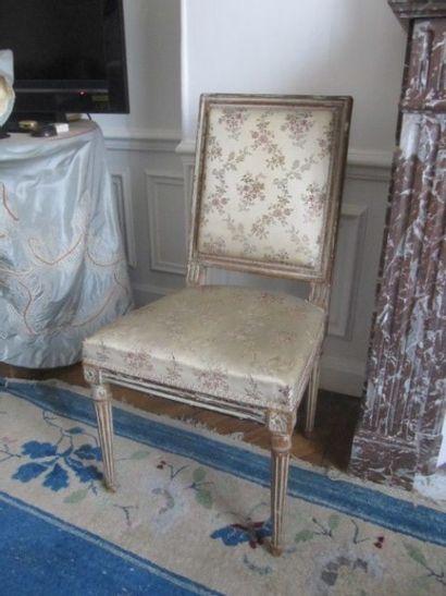 Paire de chaises en bois mouluré relaqué...