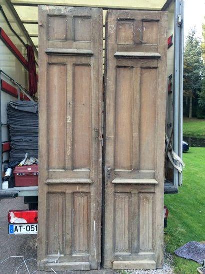 Paire de portes en chêne mouluré et sculpté,...