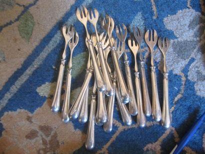 Ensemble de 18 fourchettes à huître en argent,...