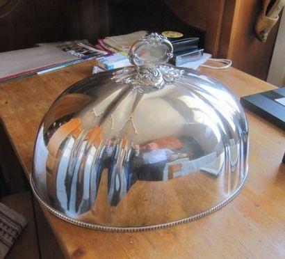 Cloche ovale en métal argenté. Travail anglais...