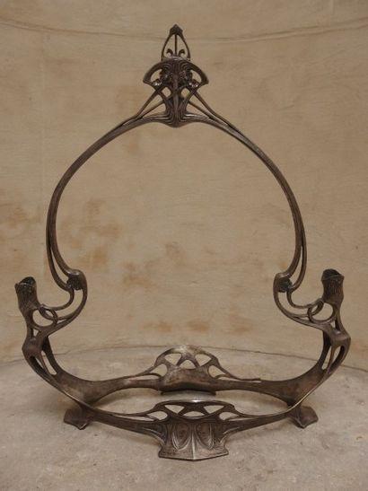 Centre de table en métal argenté à décor...