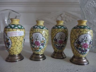 Suite de 4 vases miniatures en porcelaine...