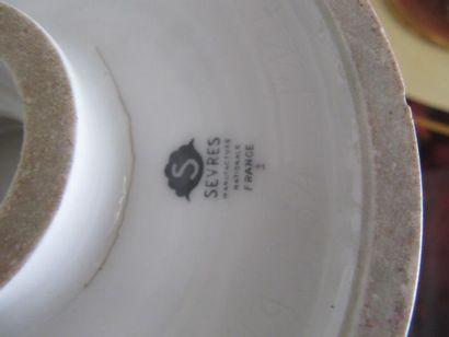 """Manufacture nationale de SÈVRES Vase """"AUBERT"""", Vase cornet sur large base circulaire..."""