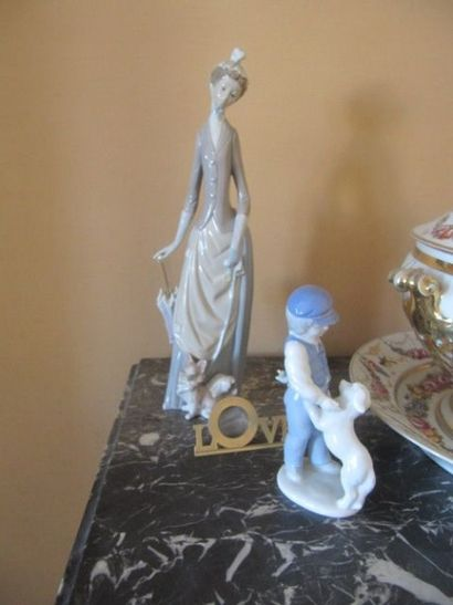 Lot en porcelaine comprenant deux groupes...