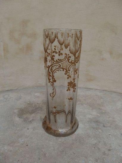 Vase cylindrique en verre à côtes à décor doré rocaille et de peignées. Travail...