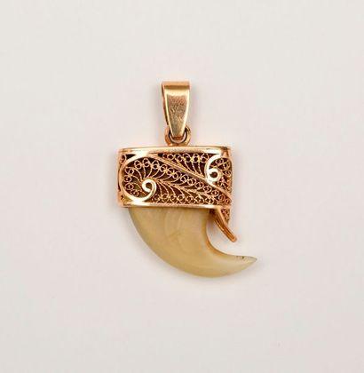 GRIFFE montée en pendentif en or jaune ajouré...