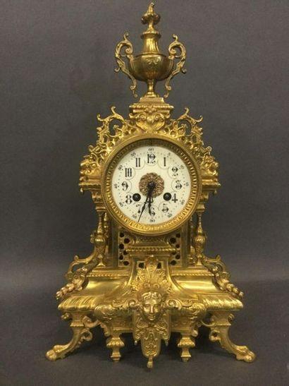 PENDULE en bronze doré de style Louis XVI,...