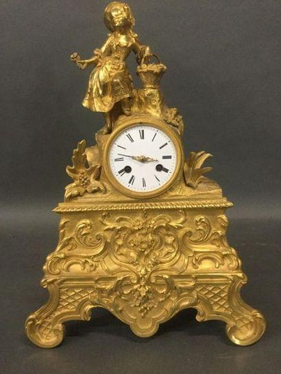 Pendule en bronze doré et ciselé de style...