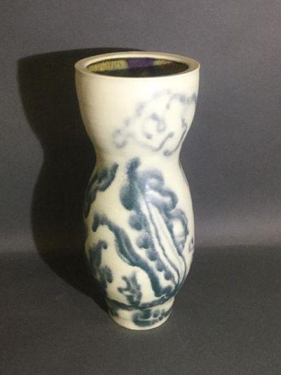 MOUGIN, Vase de forme balustre à décor de...