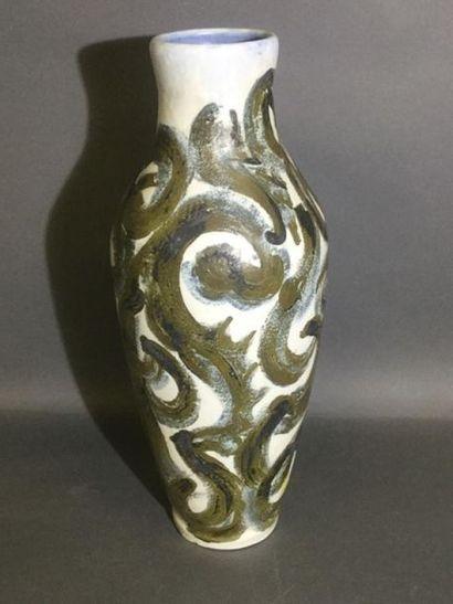 MOUGIN, vase à décor d'arabesques en pigments...