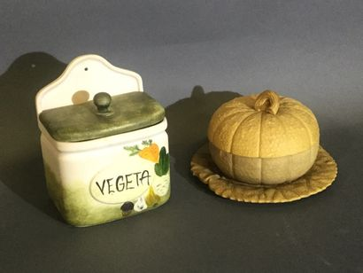 Boîte à farine en terre de pipe, décor de...