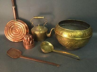 Lot d'objets en cuivre et laiton comprenant...