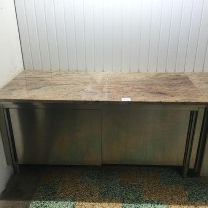 1 TABLE de travail avec 2 portes coulissantes...