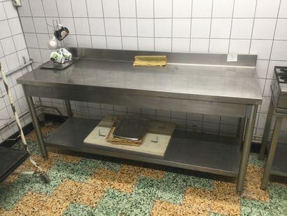 1 TABLE de travail en inox