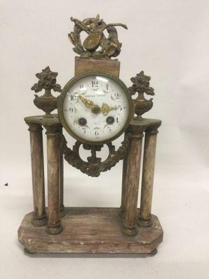 Pendule portique de style Louis XVI, socle...