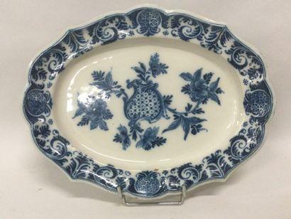 ROUEN XVIIIème, PLAT en faïence à bord chantourné et à riche décor camaïeu bleu,...