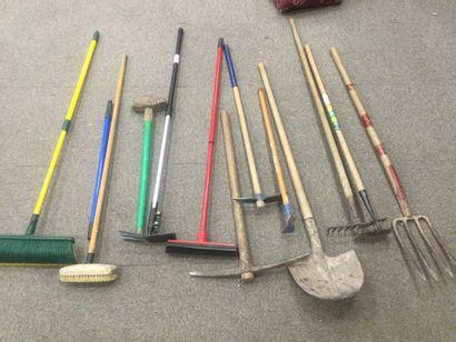 1 lot d'outils de jardinage: pelle, pioche,...