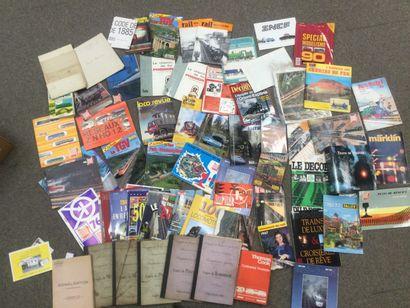 CARTON contenant un fort lot de revues et...