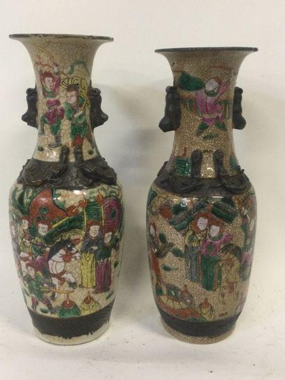 CHINE, Paire de VASES en porcelaine de forme...
