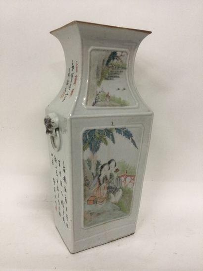 CHINE, Vase en porcelaine à sections carrés...