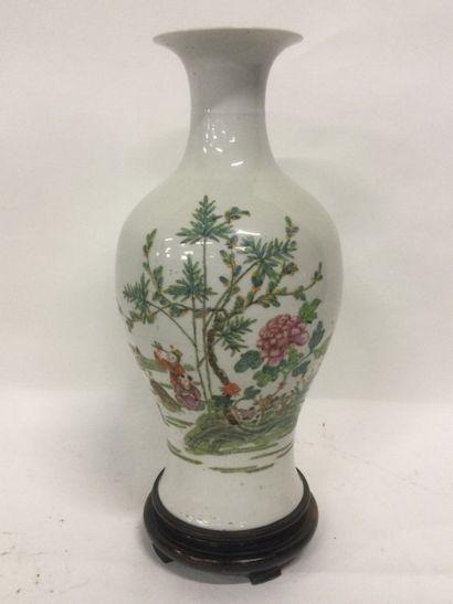 CHINE, Vase de forme balustre en porcelaine...