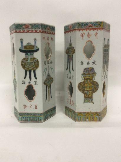 CHINE, Paire de PORTE-COIFFES en porcelaine...
