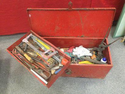 Boite à outils contenant : mètre, équerre,...