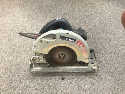 Une scie circulaire Makita modèle 5705R (1400w...