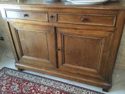 Un meuble en bois naturel ouvrant par 2 portes...