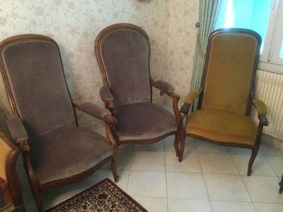Trois fauteuils de style voltaire