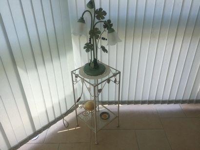 Une sellette comportant une lampe floral