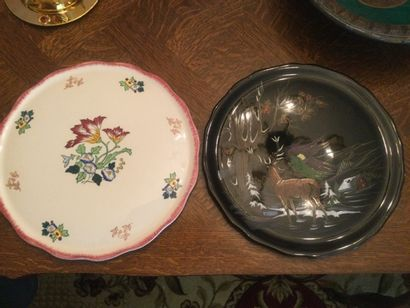 Longwy 2 plats ; l'un à décor de cerf et...