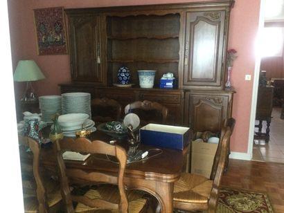 Salle à manger composée d'une table à manger...