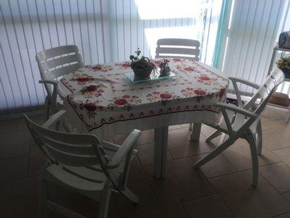 4 chaises et une table De jardin