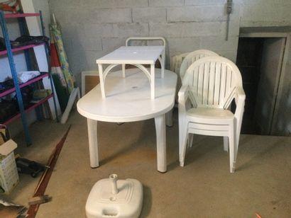 Salon de jardin avec 5 chaises, 3 tables,...