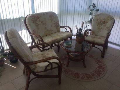 Salon en rotin constitué de trois fauteuil...