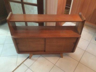 Petit meuble des années 70 ouvrant par deux...