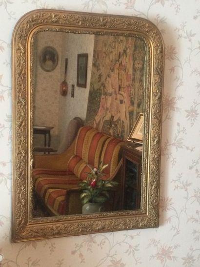 Un miroir en bois stuck doré et un tableau...