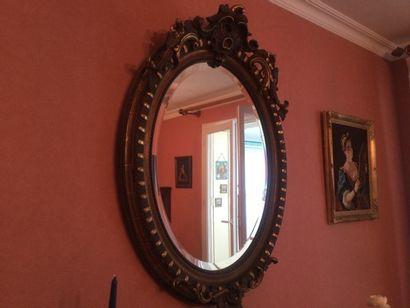Un miroir oval en stuck doré
