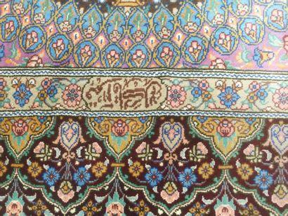 TAPIS GHOUM en soie, signé, dim. 130 x 77 cm