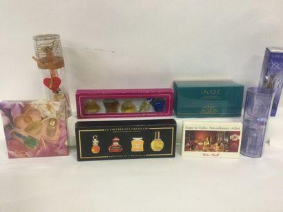 Collection de 8 coffrets miniatures de parfum...