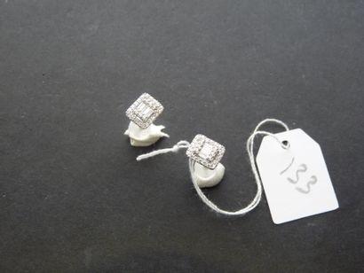 Paire de clous d'oreilles en or gris 18K...