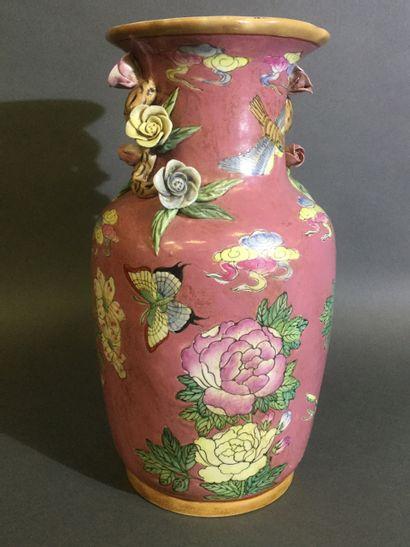 CHINE, Vase en faïence à décor d'émail cloisonné,...